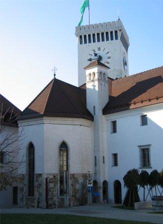 grajsko dvorišče s kapelo sv. Jurija